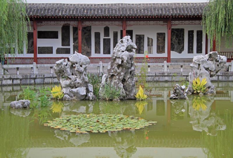 Poucos penhascos interessantes na lagoa fotos de stock royalty free