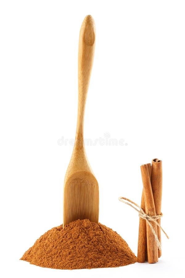 Poudre, bâtons et scoop de cannelle photo libre de droits