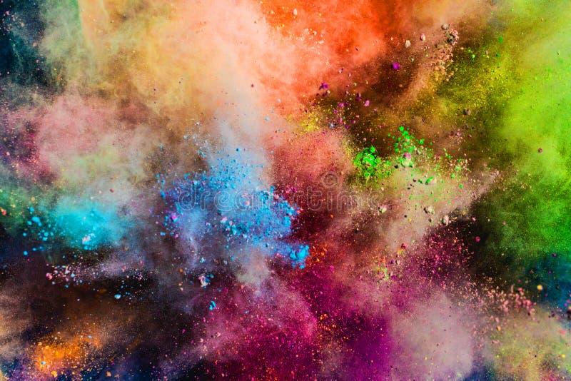 Poudre colorée éclaboussant dans le ciel photo stock