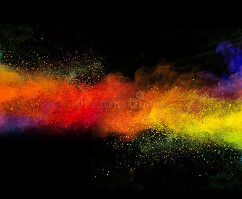 Poudre colorée lancée sur le fond noir photographie stock libre de droits