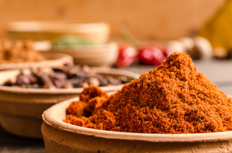 Poudre d'épice de piment dans une cuvette - fin  photos libres de droits