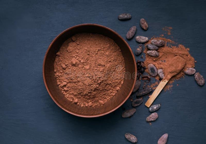 Poudre de cacao dans une cuvette images stock