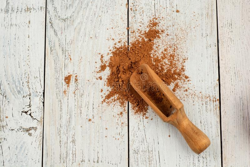 Poudre de cacao sur le fond rustique blanc, vue supérieure images libres de droits