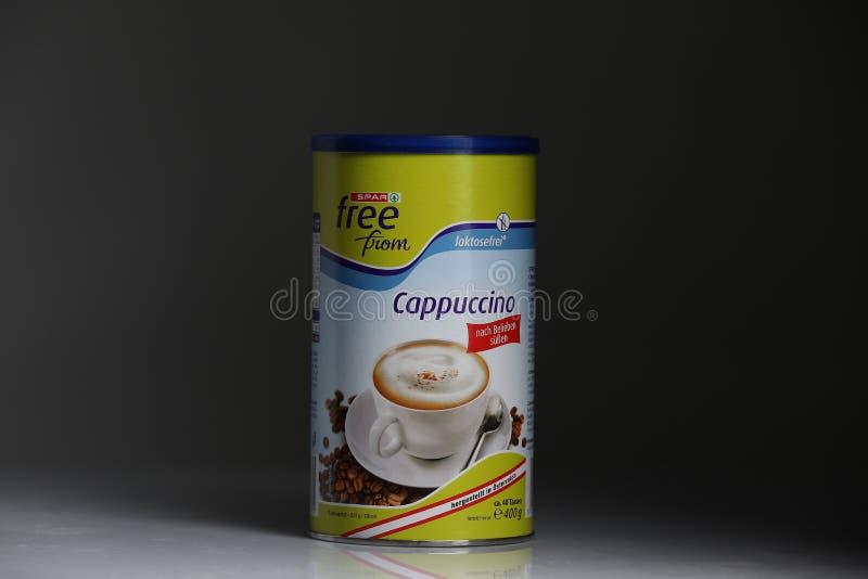 Poudre de cappuccino de détaillant de longeron, fond noir photographie stock