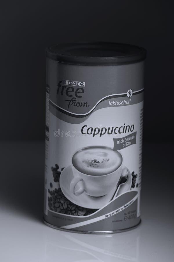 Poudre de cappuccino de détaillant de longeron, fond noir photographie stock libre de droits