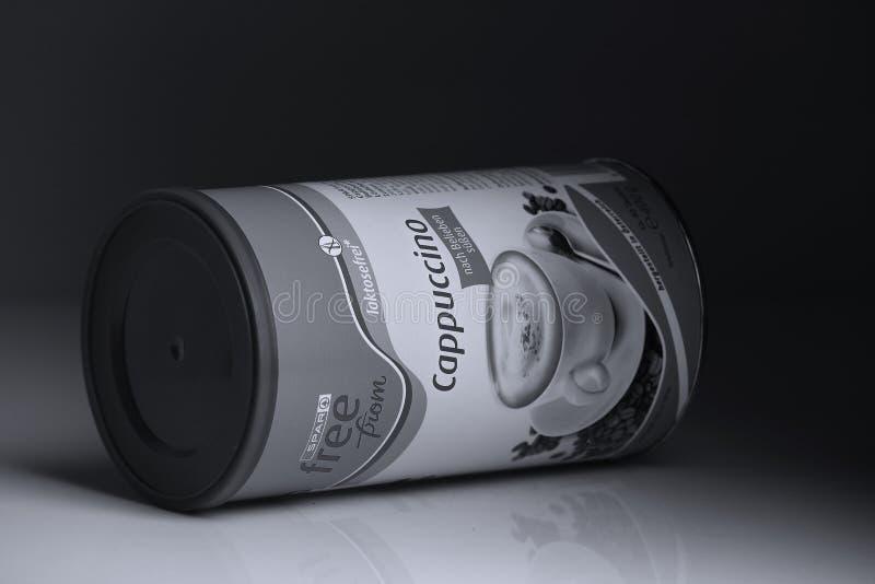 Poudre de cappuccino de détaillant de longeron, fond noir image stock