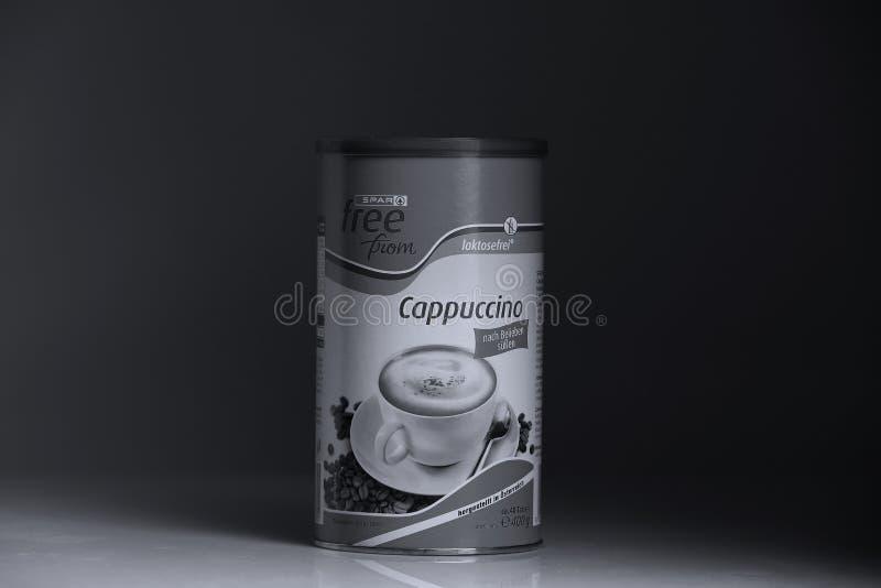 Poudre de cappuccino de détaillant de longeron, fond noir images libres de droits