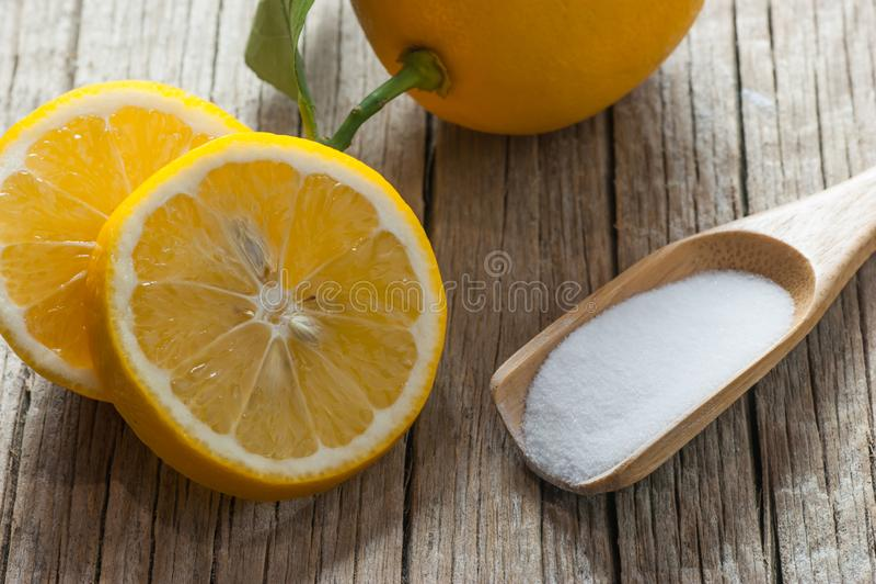 Poudre de citron et de carbonate ou bicarbonate de soude sur la table en bois, médecine parallèle, décapant organique image libre de droits
