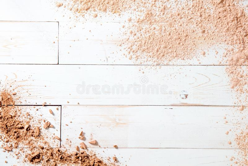 Poudre de maquillage sur le fond en bois blanc, l'espace de copie pour le texte photos stock