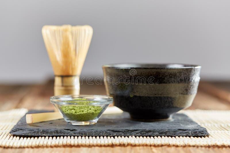 Poudre de matcha et préparation vertes de thé photographie stock