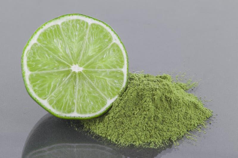 Poudre de Moringa et de citron sur le fond gris photo stock