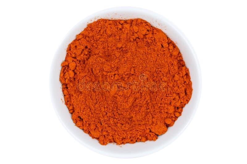 Poudre de paprika d'un rouge ardent de la cuvette ci-dessus d'isolement sur le blanc photo stock