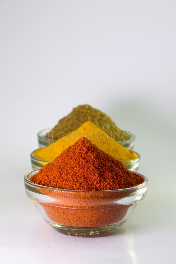 Poudre de poudre de piments, de poudre de safran des indes et de coriandre photos stock