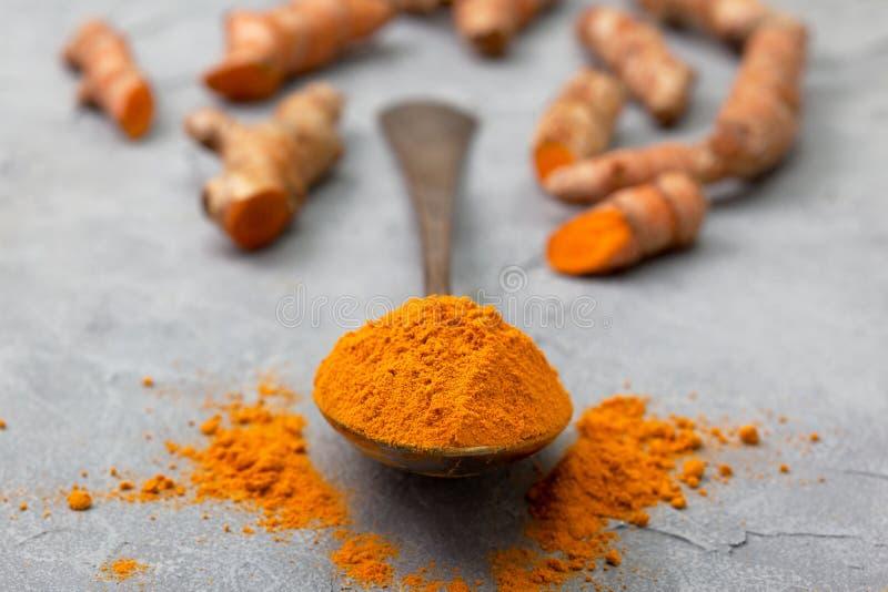 Poudre de safran des indes photo stock