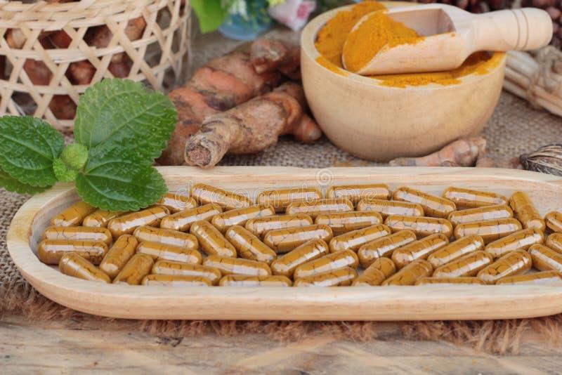 Poudre de safran des indes avec des capsules de safran des indes pour la santé image stock