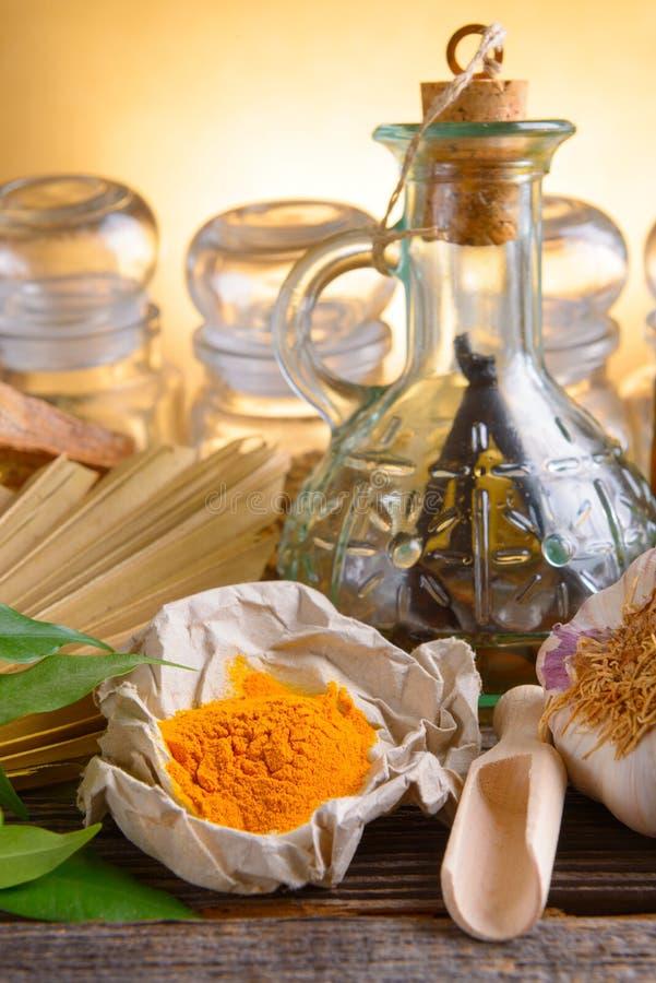 Poudre de safran des indes et d'autres herbes photos stock