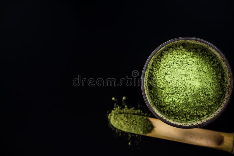 Poudre de thé vert de Matcha et cuillère en bambou images stock