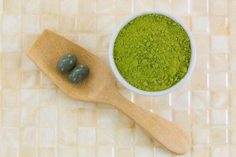 Poudre de thé vert de Matcha de Japonais, concentrat extrait de thé vert photographie stock libre de droits