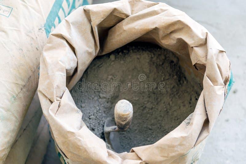 Poudre de truelle et de ciment photo stock