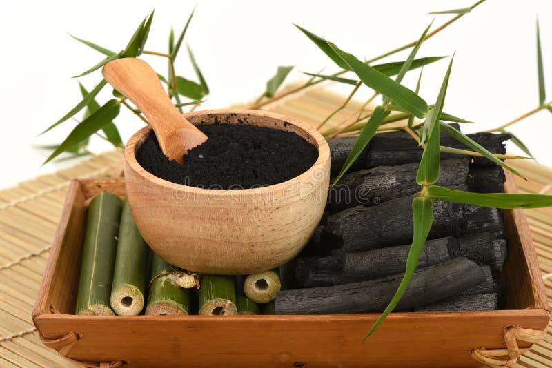 Poudre en bambou et en bambou fraîche et sèche de charbon de bois images stock