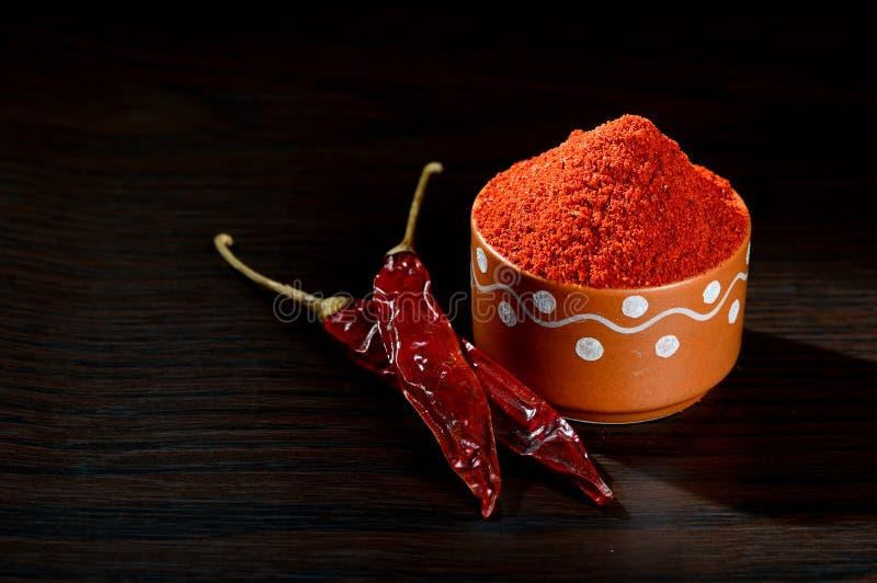 poudre fraîche dans le pot d'argile avec frais rouge photo libre de droits
