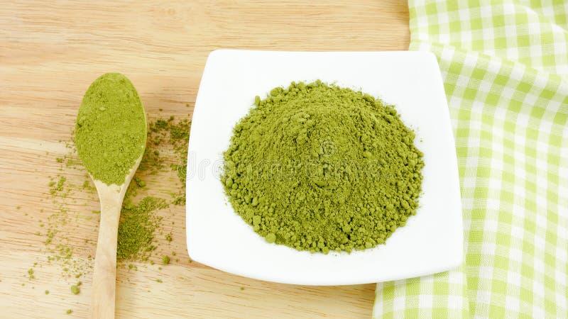 Poudre japonaise de thé vert de matcha sur la cuillère image stock