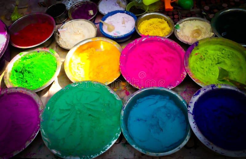 Poudre multiple de couleur de festival de Holi à vendre dans des cuvettes images libres de droits