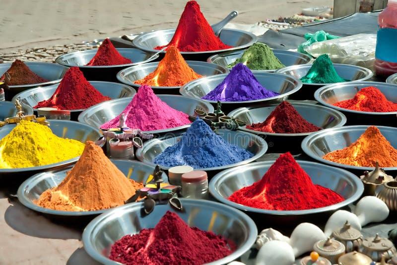 Poudres colorées de tika sur le marché indien images libres de droits