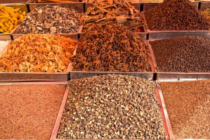 Poudres et graines color?es lumineuses indiennes d'?pice dans des plateaux carr?s en m?tal sur le compteur photos stock