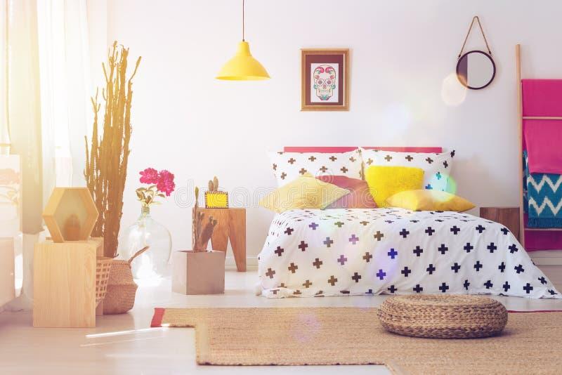 Pouf dans l'intérieur folklorique de chambre à coucher photos libres de droits