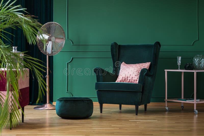Pouf de velours et chaise en vert bouteille image libre de droits
