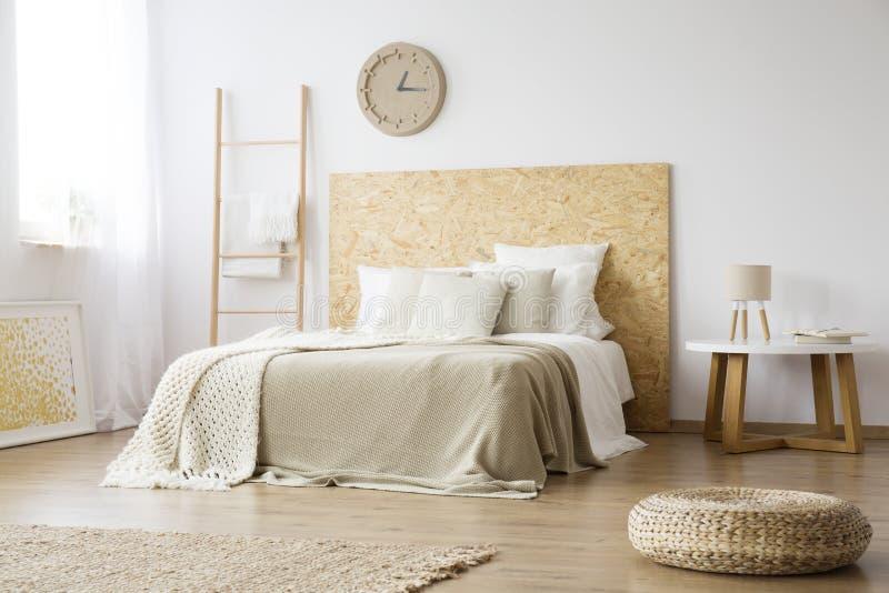 Pouf w naturalnej brown sypialni zdjęcia stock