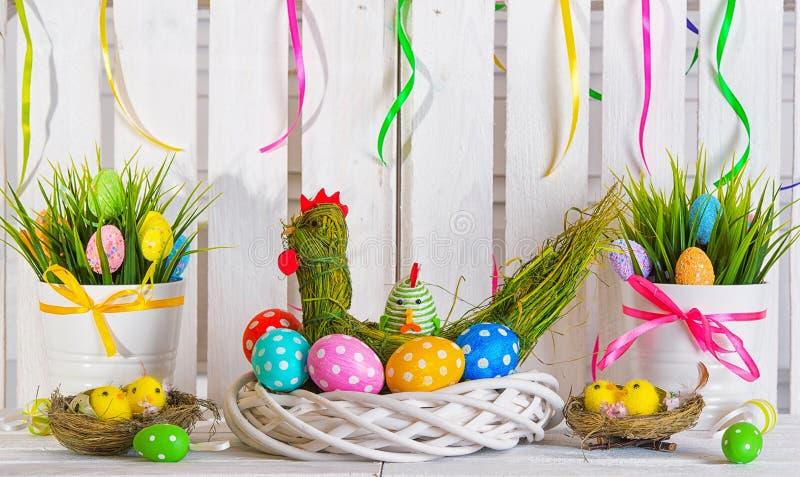 Poule faite à partir de la paille avec des oeufs de pâques Décorations de Pâques faites main Concept de vacances de Pâques photographie stock