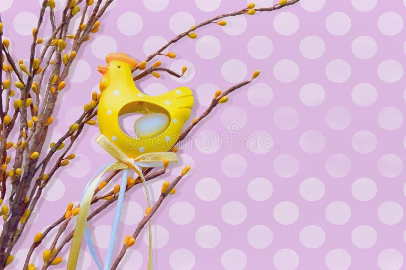 Poule jaune avec des branches sur le fond violet illustration de vecteur
