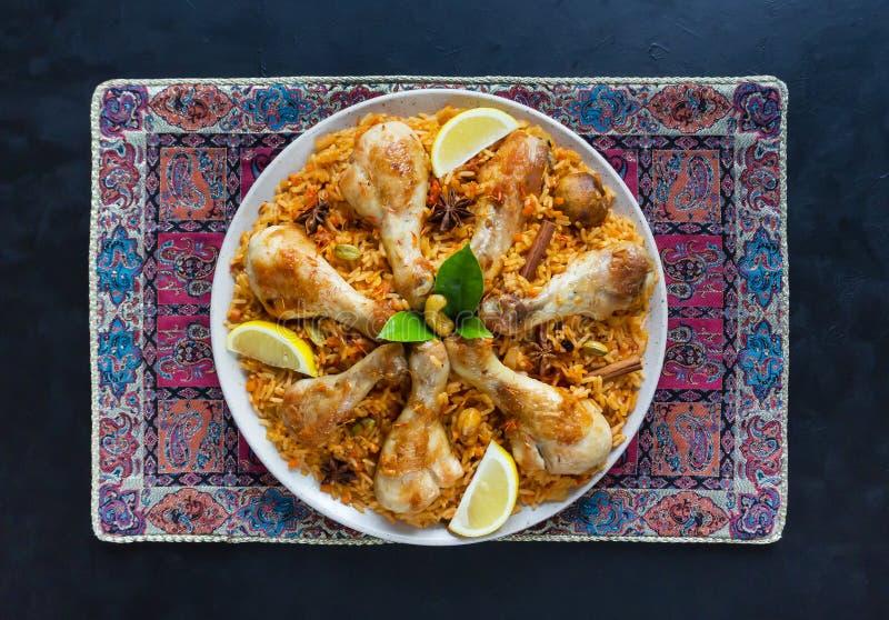 Poulet épicé délicieux Biryani dans la cuvette blanche sur la nourriture de fond, indienne ou pakistanaise noire image libre de droits
