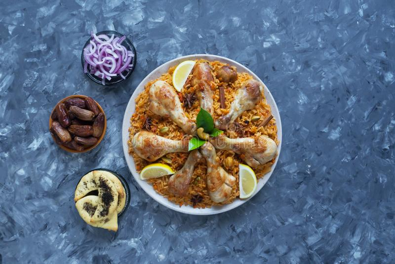 Poulet épicé délicieux Biryani dans la cuvette blanche sur la nourriture de fond, indienne ou pakistanaise noire photographie stock