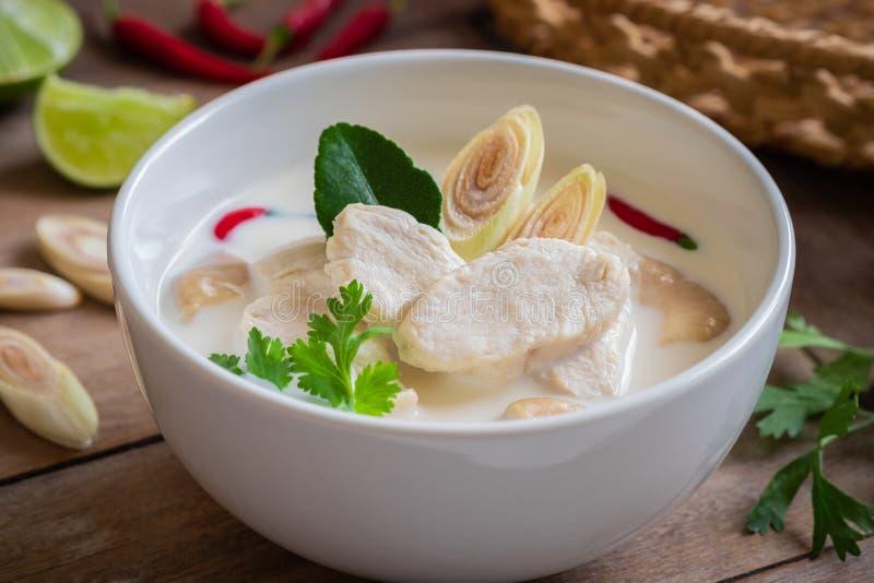 Poulet avec la soupe à lait de noix de coco dans la cuvette, nourriture thaïlandaise Tom Kha Kai image libre de droits