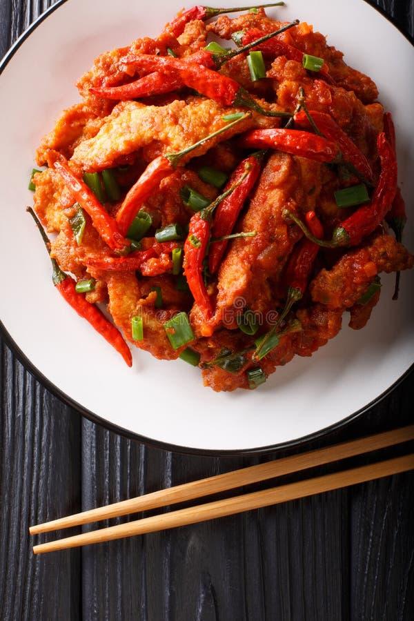 Poulet chinois de nourriture en plan rapproché de sauce à Schezwan d'un plat Vue sup?rieure verticale images libres de droits