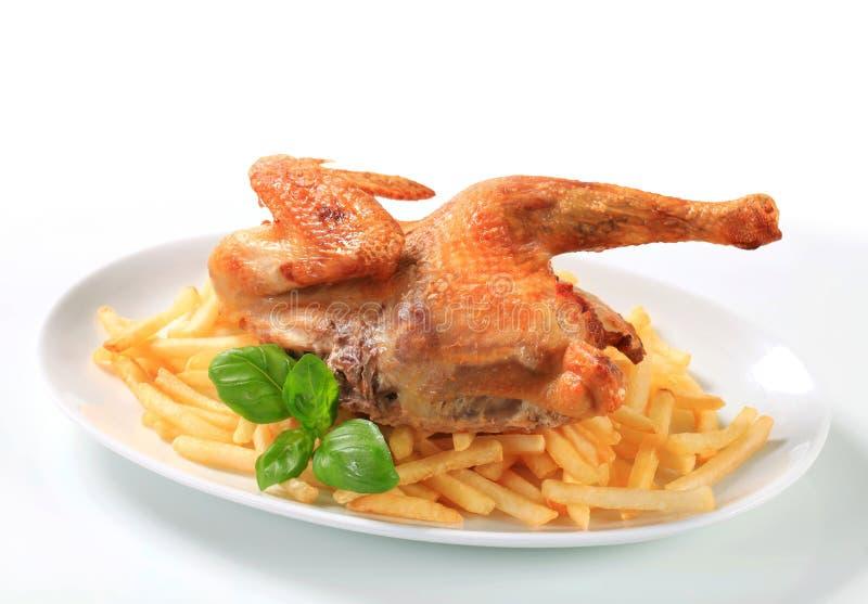 poulet Croquant-pelé avec des pommes frites images libres de droits