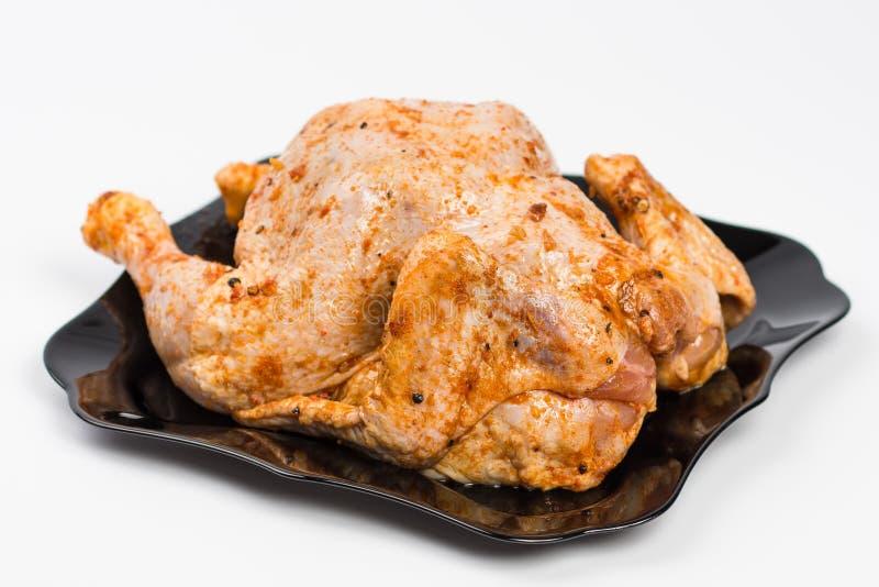 poulet cru d'un plat sur le blanc photos libres de droits