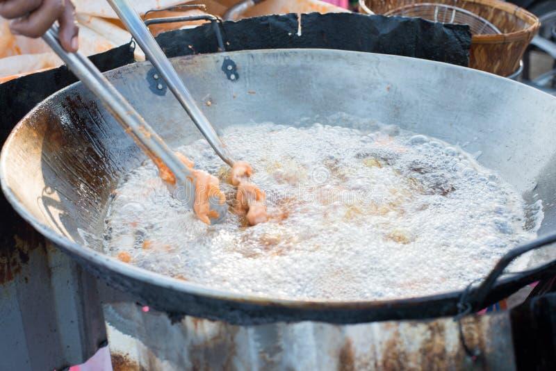 Poulet cuisant à la friteuse dans le bac à huile chaude photographie stock libre de droits