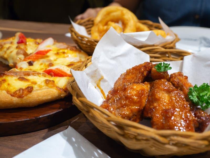 Poulet cuit à la friteuse dans un panier avec l'écrimage de pizza de persil et de fruits de mer avec le crabe, la crevette et le  photographie stock libre de droits