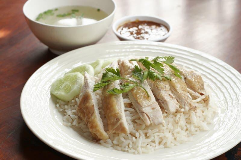 Poulet cuit à la vapeur avec du riz, la soupe, et la sauce épicée photo stock