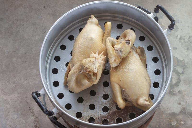 Poulet cuit à la vapeur dans le vapeur ou le pot en aluminium de cuisson à la vapeur images stock