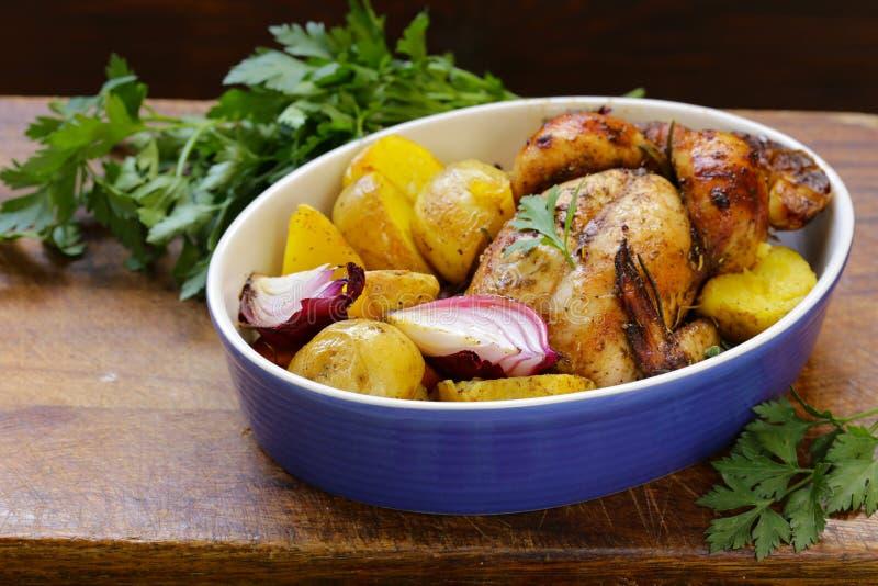 Poulet cuit au four avec des épices et des herbes photographie stock libre de droits