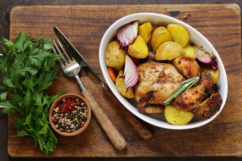 Poulet cuit au four avec des épices et des herbes photo stock