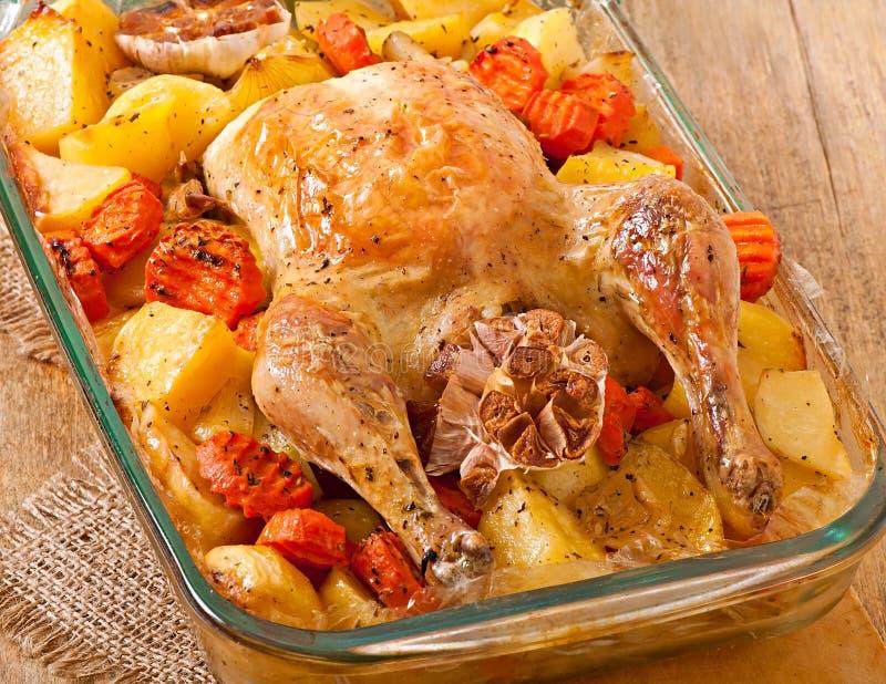 Poulet cuit au four avec des pommes de terre photographie stock libre de droits