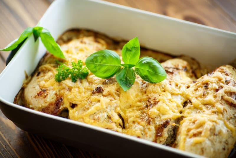 Poulet cuit au four avec du fromage et des épices image libre de droits