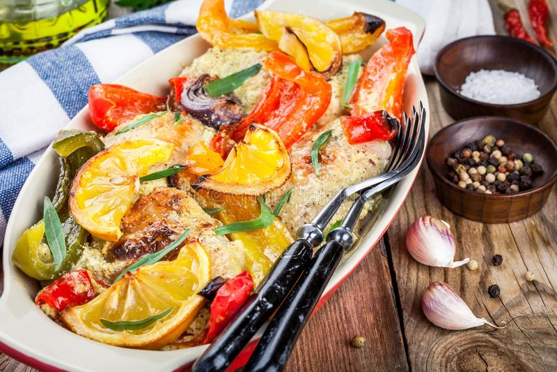 Poulet cuit au four avec le paprika, le citron et l'estragon photographie stock libre de droits