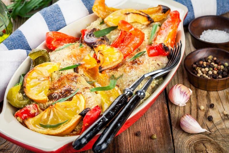 Poulet cuit au four avec le paprika, le citron et l'estragon photographie stock